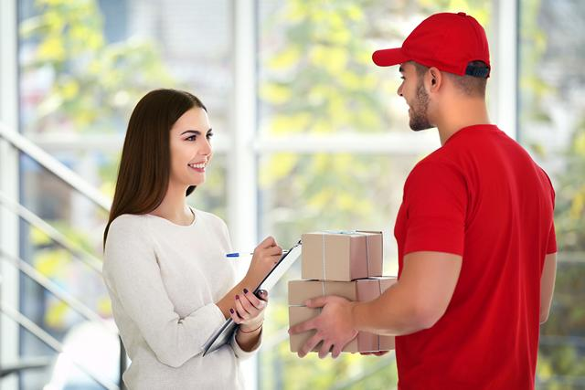 young_woman_and_courier_delivery