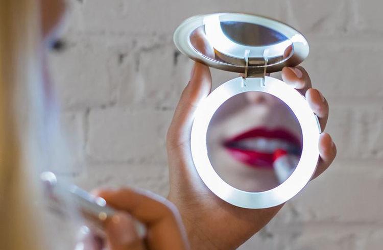 дзеркальце з LED-кільцем дозволяє фарбуватися ь в темряві