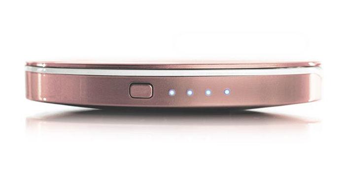 дзеркальце-power bank має кнопку включення та індікатори заряду