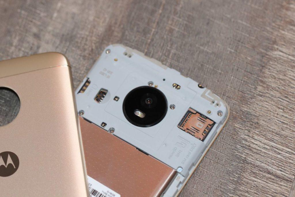 Moto E4 Plus. Слот для карт памяти