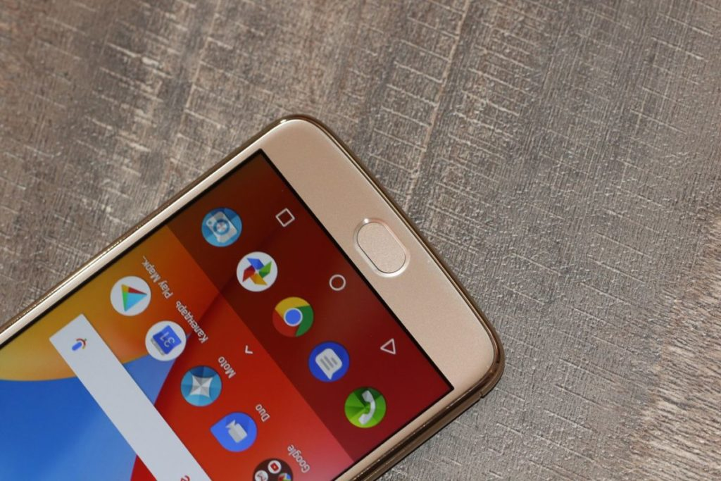 Moto E4 Plus. Внизу сканер отпечатков пальцев