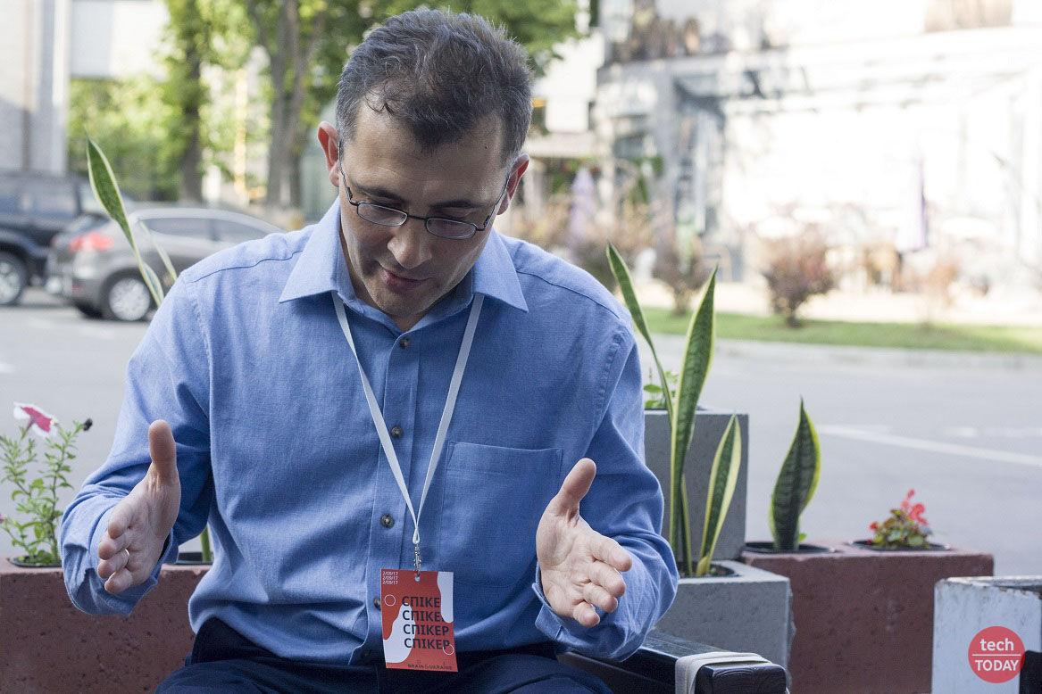 """Леонід Пономеренко: """"моє обладнання в основному складається з кріостату з надпровідним магнітом""""."""