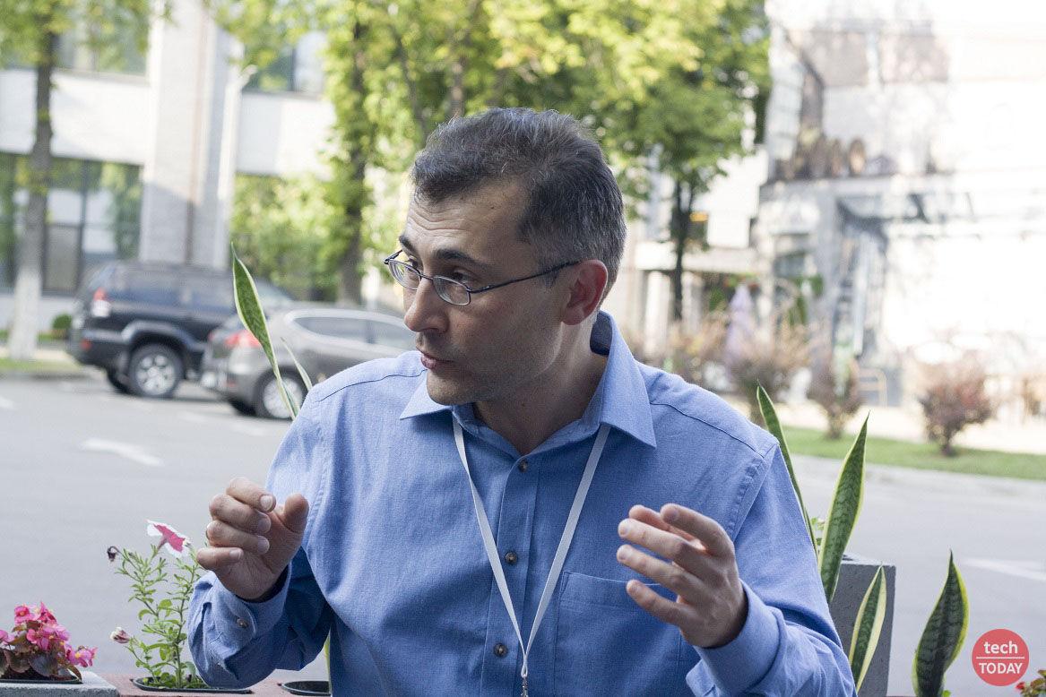 """Леонид Пономаренко: """"между аспирантурой и первым контрактом я успел жениться, и уже в Англии у нас с женой родился первый ребенок"""""""