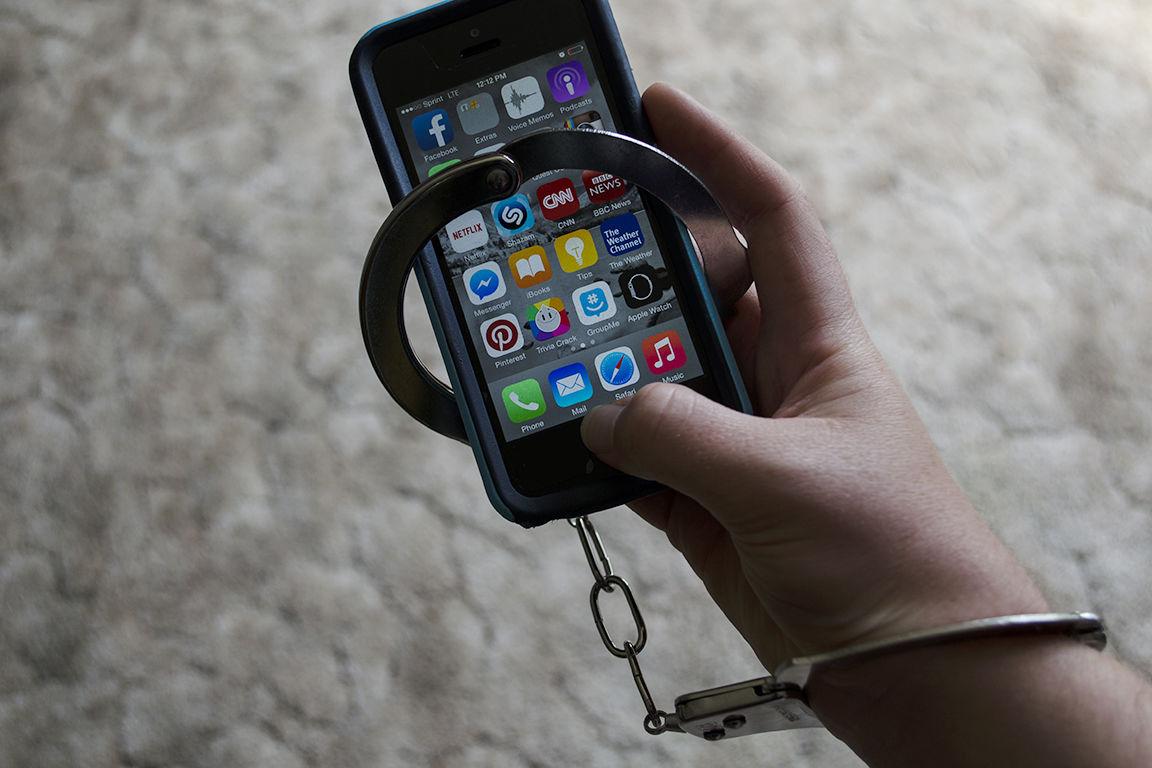 Вчені кажуть, що надмірні користувачі смартфонів майже постійно перебувають в режимі багатозадачності: вони зазирають у свій гаджет під час навчання, обіду чи уроків