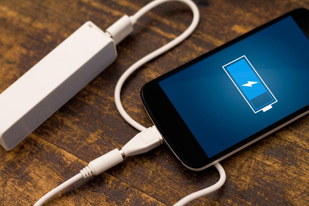 Спершу переконайтеся, що ви є повним господарем вашого телефона та маєте рут-доступ. Далі перевірте, чи сумісний ваш апарат зі способом обмеження рівня максимального заряду. Для цього відкрийте файловий менеджер та перейдіть за адресою /sys/class/power_supply/battery. У цій папці знайдіть файл charging_enabled та відредагуйте його вміст, змінивши 1 на 0.