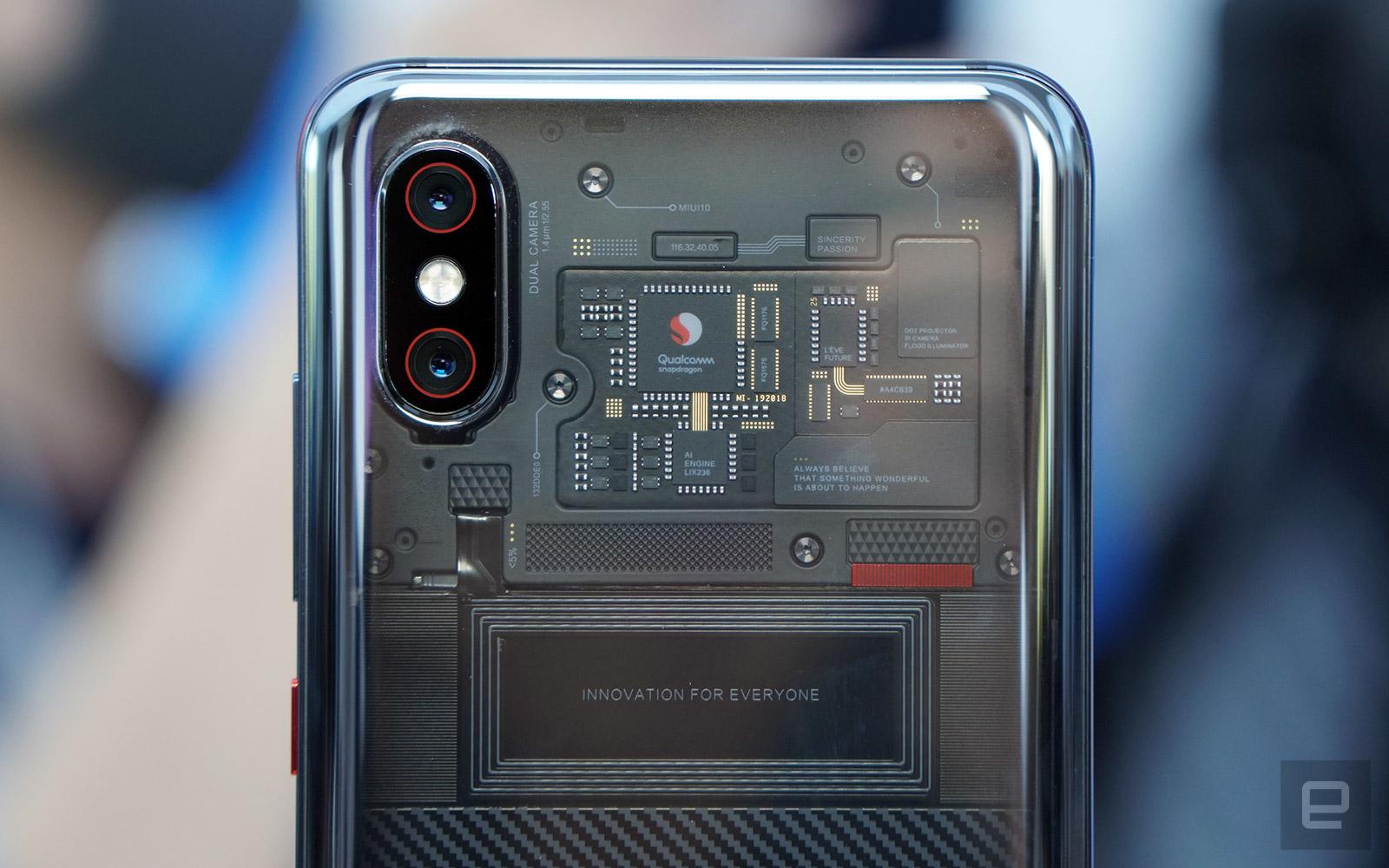смартфон з прозорою задньою кришкою