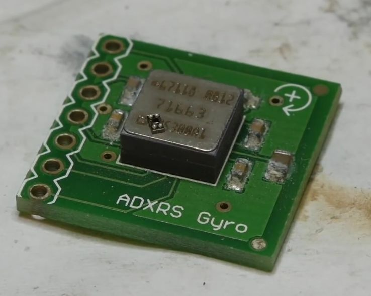 Традиционный кварцевый генератор, на котором лежит MEMS-генератор